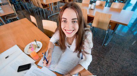 סטודנטית לרפואת שיניים באוניברסיטה באיטליה